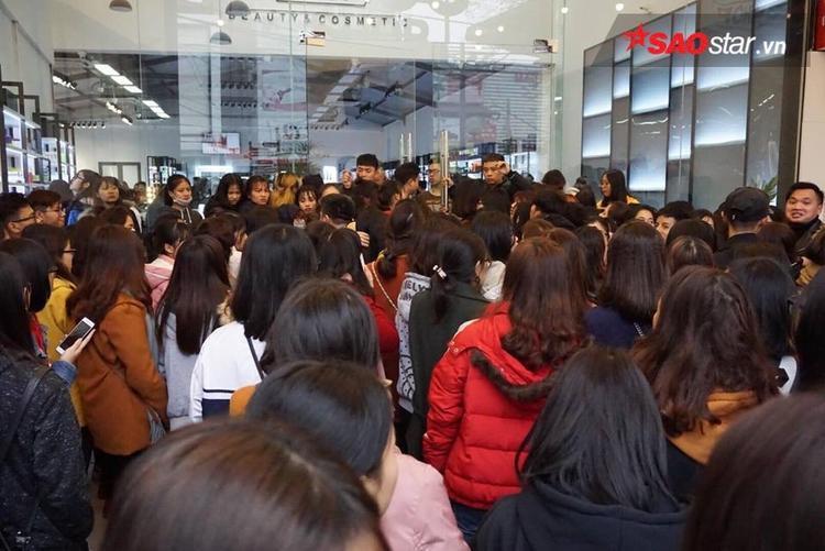Vì khách hàng đổ về quá đông nên cửa hàng phải hạn chế người vào mua.