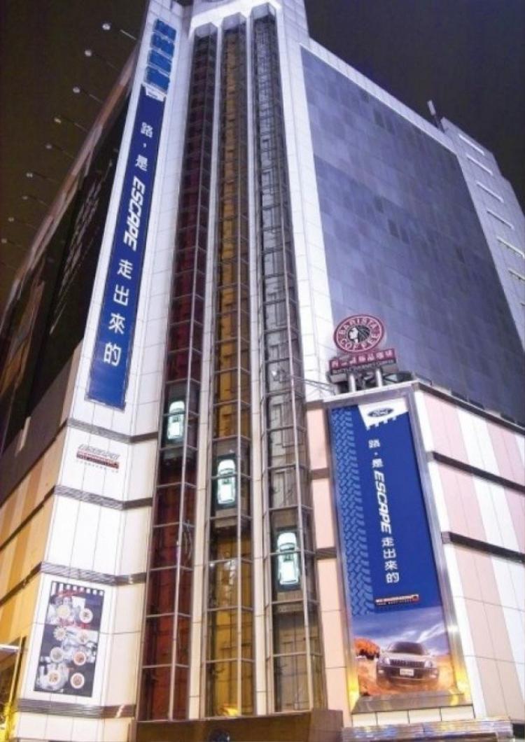 Đây là những buồng thang máy được thiết kế giống với chiếc xe Ford Escape. Nó được đặt tại Trung Quốc và được đưa vào hoạt động vào tháng 1/2004.