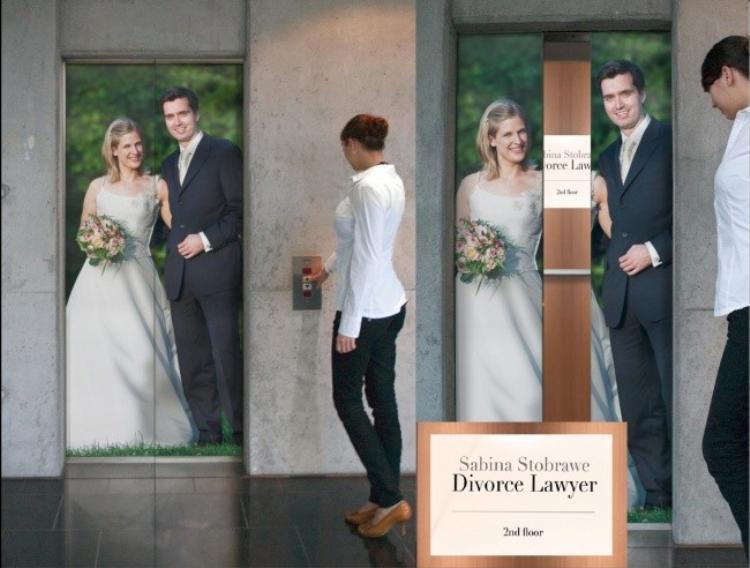 """Khi tình yêu không còn vẹn nguyên, ly hôn là giải pháp """"vẹn cả đôi bên"""". Đây chính là phương châm mà một công ty luật tại Đức muốn truyền tải ngay trên """"thang máy ly hôn"""" của họ."""
