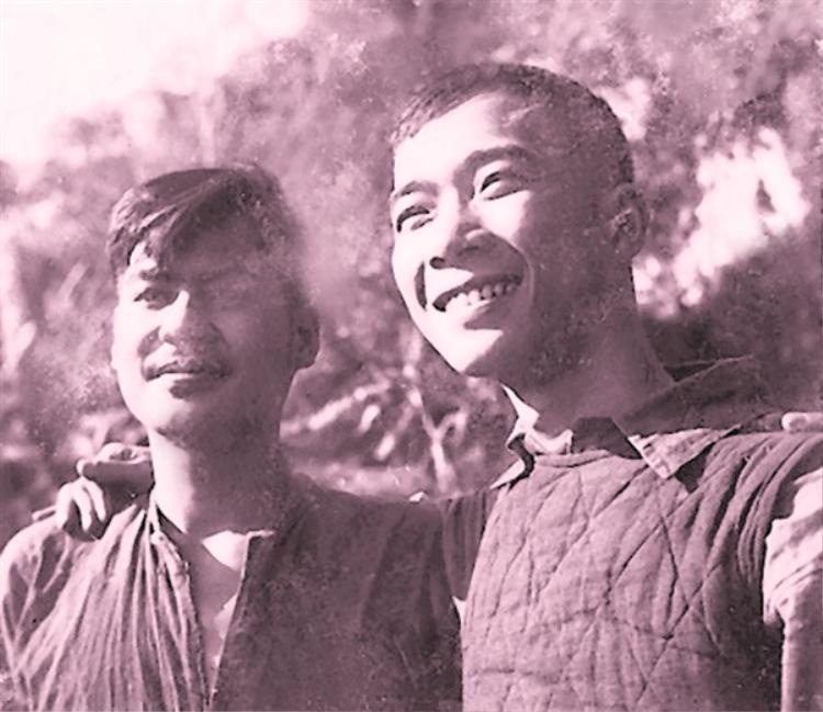 Nguyễn ĐìnhThi (trái) và Tố Hữu.