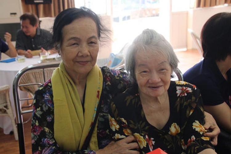 Nghệ sĩ Đức Lưu (trái) tới thăm nghệ sĩ Tuệ Minh ở trung tâm dưỡng lão.