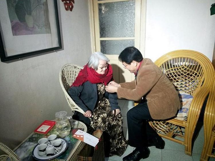 Bà được thứ trưởng Bộ VH -TT&DL Vương Duy Biên trao tặng danh hiệu Nghệ sĩ Nhân dân tại nhà vào ngày 27/01/2016.