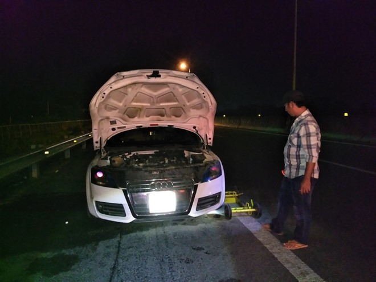 Chiếc xee Audi bốc cháy trên cao tốc. Ảnh: Zing.