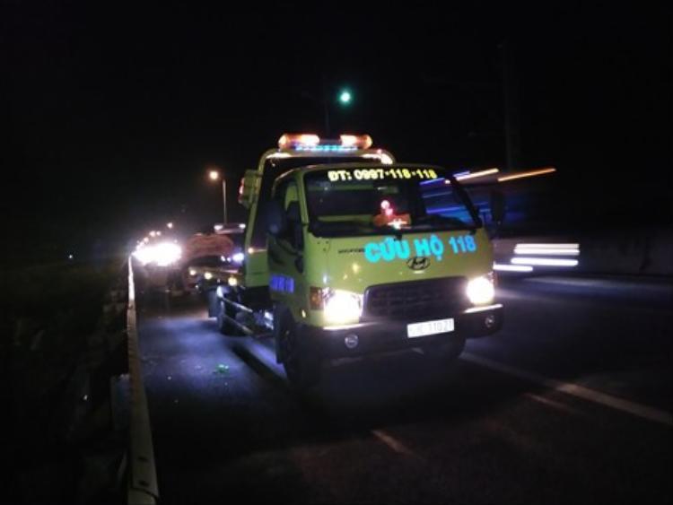Xe cứu hộ đến và đưa chiếc xe gặp nạn rời khỏi hiện trường.Ảnh: Thanh niên.