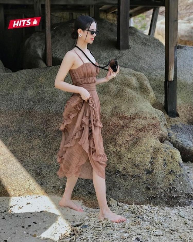 """Ai bảo kính mát đen chỉ phù hợp với phong cách cá tính? Khánh Linh The Face đã chứng minh điều ngược lại khi theo đuổi xu hướng tròng kính tí hon, kết hợp cùng chiếc váy voan hai dây rất """"bánh bèo"""" này."""