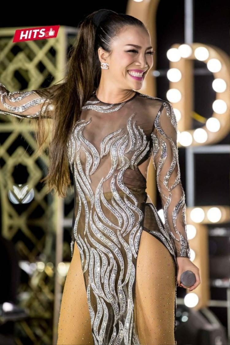 Nhìn gần, có thể thấy nữ ca sĩ đã phối cùng một chiếc legging phía trong, nhằm tránh những pha lộ hàng ngoài ý muốn. Ngoài ra, chất liệu ánh kim lấp lánh của quần da cũng khiến trang phục thêm phần bắt sáng trên sân khấu.