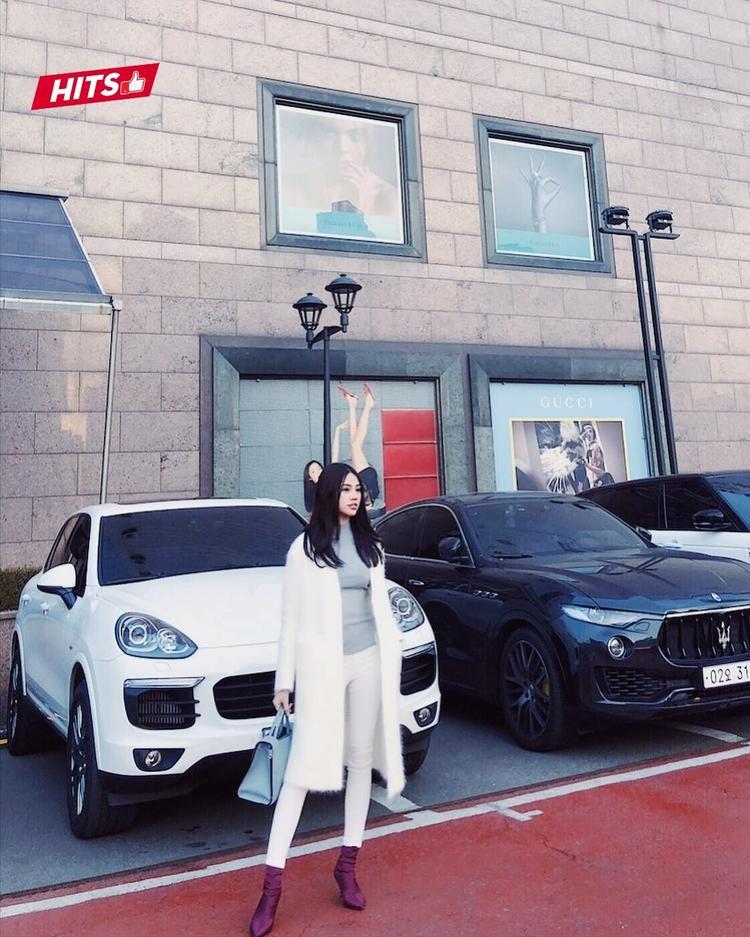 Thanh lịch là tiêu chí của Jolie Nguyễn trong set đồ này. Nàng hậu lựa chọn áo khoác lông dáng dài cùng quần skinny, phối với boots satin của Balenciaga.