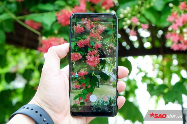 Thân máy Samsusng Galaxy S9 và S9+ có tiêu chuẩn kháng nước IP68. Theo lý thuyết, người dùng có thể ngâm nước ở độ sâu 1,5 mét trong 30 phút liên tục.
