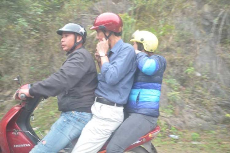Nhiều du khách chọn giải pháp xuống xe ô tô và bắt xe ôm lên núi Yên Tử