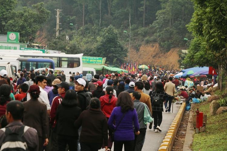 Hàng nghìn du khách thập phương đổ về trẩy hội.