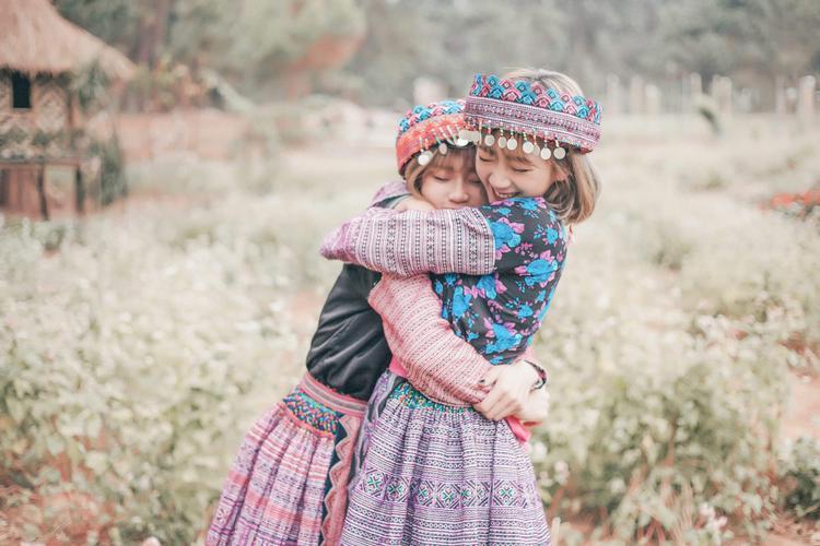 Hai cô nàng vô cùng thân thiết và quan tâm nhau.