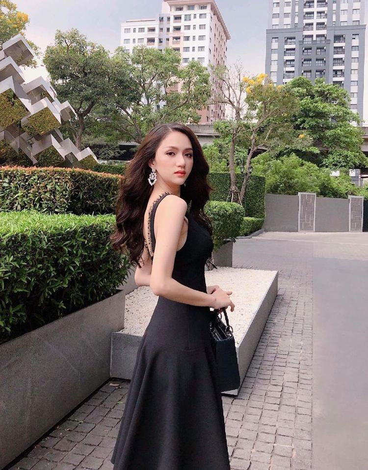 Nữ ca sĩ chọn bộ cánh màu đen khá nhẹ nhàng của NTK Lê Ngọc Lâm cho sự xuất hiện mở màn của mình. Cô chia sẻ đang rất háo hức để thể hiện mình trong cuộc thi và quyết tâm thi hết mình vì màu cờ sắc áo.