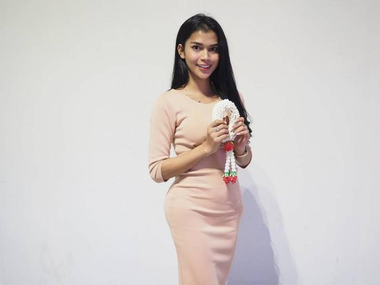 Mỹ nhân đến từ quốc gia Đông Nam Á - Indonesia, thí sinh Dinda Syarif mang vẻ đẹp sắc sảo. Song cô sở hữu giọng nói khá nam tính cùng phong cách không nổi bật.