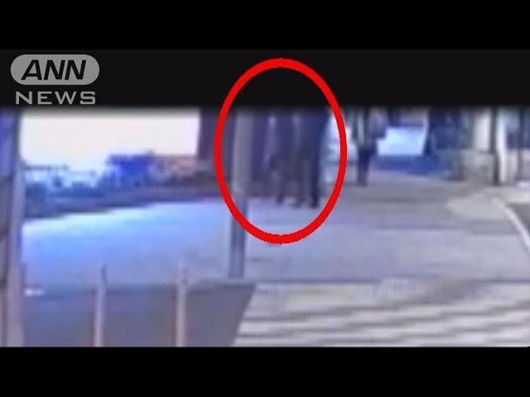 Camera ghi lại hình ảnh người phụ nữ bước vào trong căn hộ cùngBayraktar trước khi hắn ra vào khu vực này vài lần và đem theo một túi lớn. Ảnh: ANN News