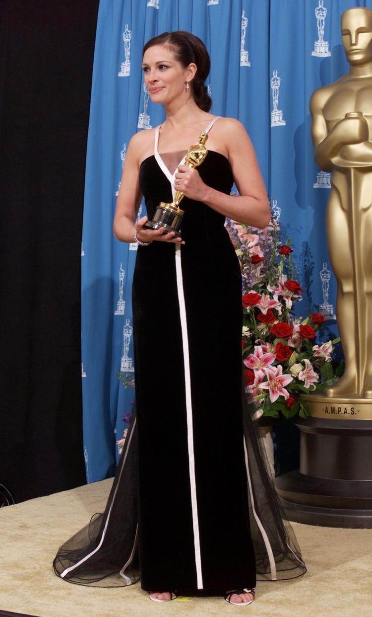 Julia Roberts bứt phá trở thành biểu tượng thời trang Oscar khi diện chiếc đầm vintage trắng đen của nhà mốt Valentino.Roberts mặc nó khi cô đoạt giải Nữ diễn viên xuất sắc nhất cho vai diễn trong Erin Brockovich.