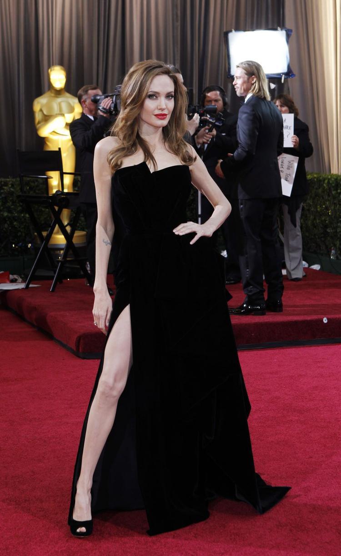 Angelina Jolie sang trọng và quyến rũ trong chiếc đầm Versace xẻ đùi táo bạo.