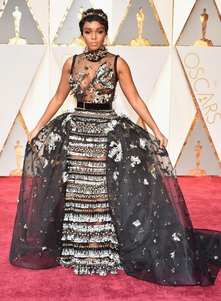 Janelle Monae xuất hiện lộng lẫy trên thảm đỏ với chiếc đầm couture Elie Saab khi nhận giải cho phim Moonlight.