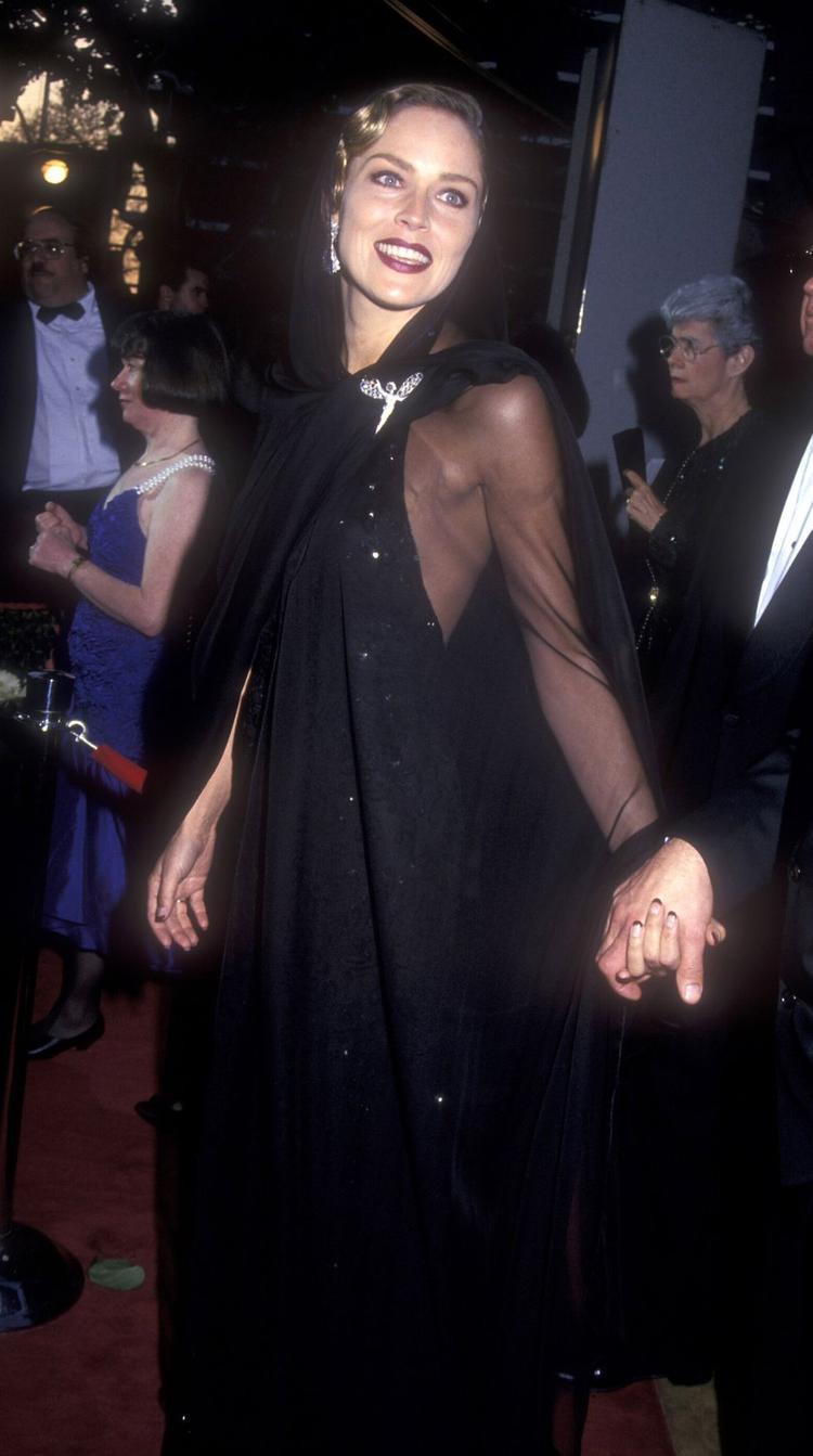 Sharorn Stone khiến cả khán phòng ngạc nhiên với bộ trang phục huyền bí với chiếc khăn lụa trùm kín từ trên xuống dưới. Chiếc trâm bạc làm điểm nhấn cho tổng thể, bên trong chiếc khăn choàng là chiếc đầm saquin đen quyến rũ.