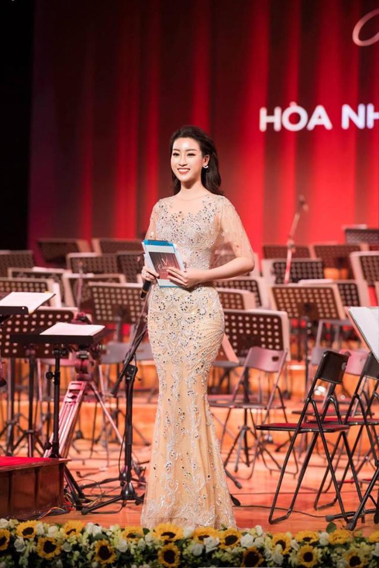 """Đảm nhiệm vai trò MC chương trình """"Hòa nhạc năm mới V Concert"""" ở Nhà hát lớn Hà Nội. Đỗ Mỹ Linh xinh đẹp như """"nữ thần"""" với váy áo đuôi cá bó sát, tôn đường cong hiệu quả."""