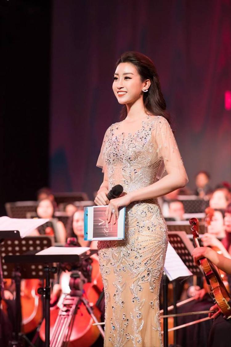 Thiết kế giúp cô tự tin trên sân khấu và hoàn thành tốt vai trò cầm mic của mình.