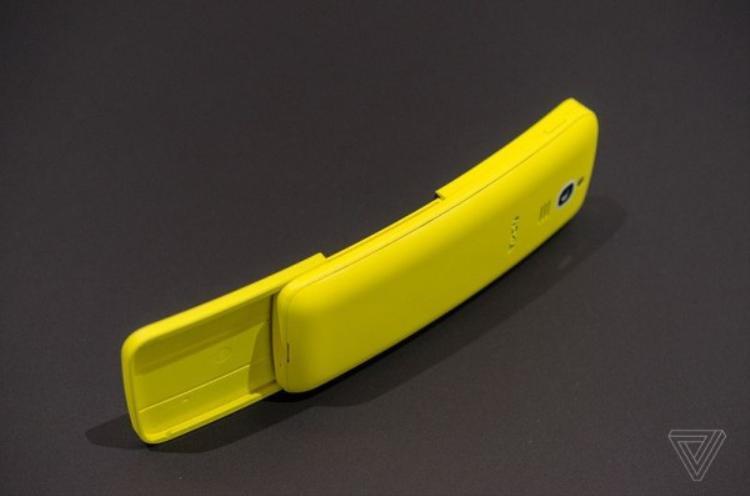 Thiết kế cong khá thú vị tuy nhiên sẽ gây bất tiện khi người dùng để máy trong túi quần chẳng hạn.