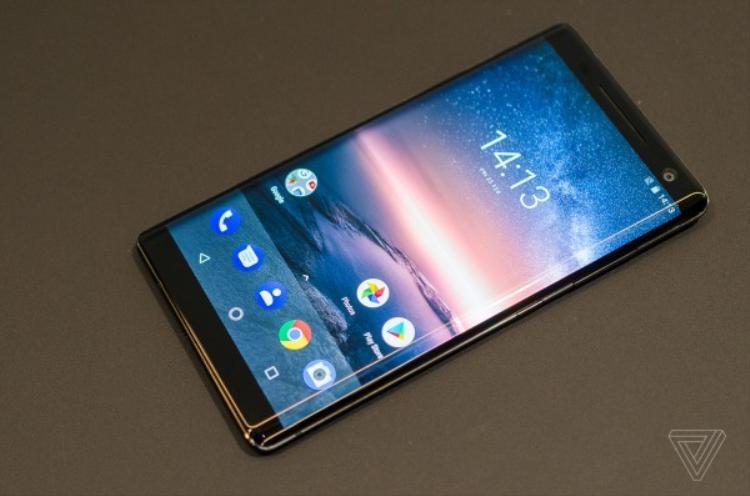 Đáng chú ý, chiếc điện thoại này cũng có phần màn hình được uốn cong tràn cạnh khá ấn tượng.