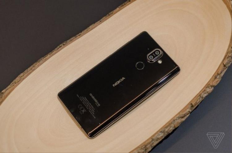 Cụm camera sau của chiếc Nokia 8 Sirocco có vẻ lồi lên khá nhiều.