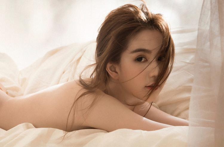 """Bên cạnh những hình ảnh khiến cư dân mạng """"ném đá"""", người đẹp Trà Vinh cũng sở hữu không ít khoảnh khắc quyến rũ vượt thời gian."""