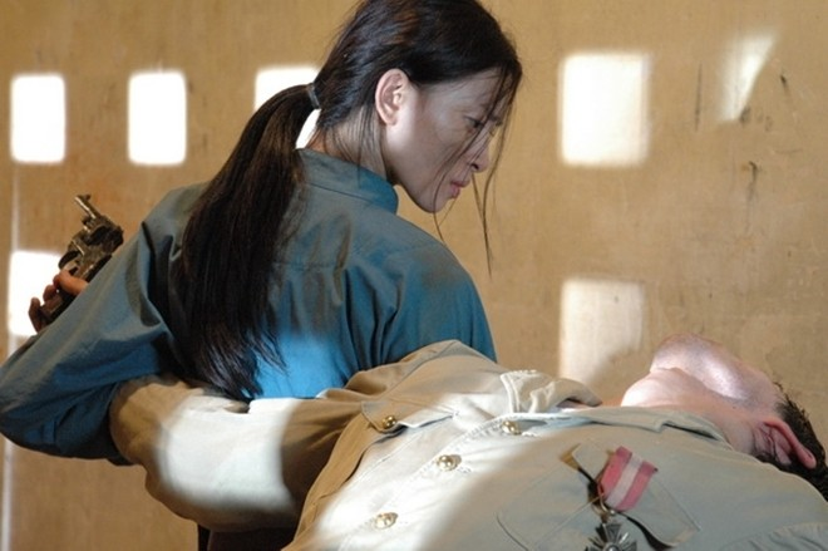 """Năm 2006, Ngô Thanh Vân tạm gác vai trò ca sĩ và tham giaDòng máu anh hùng. Đây được xem là một bước ngoặc lớn trong sự nghiệp của cô khi mang về giải thưởngNữ diễn viên chính xuất sắc nhấtcũng như danh xưng """"đả nữ""""."""
