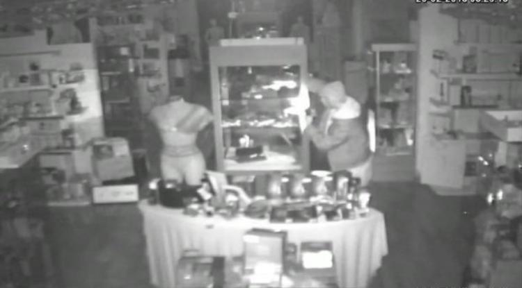 Tên trộm lục tung cửa hàng.