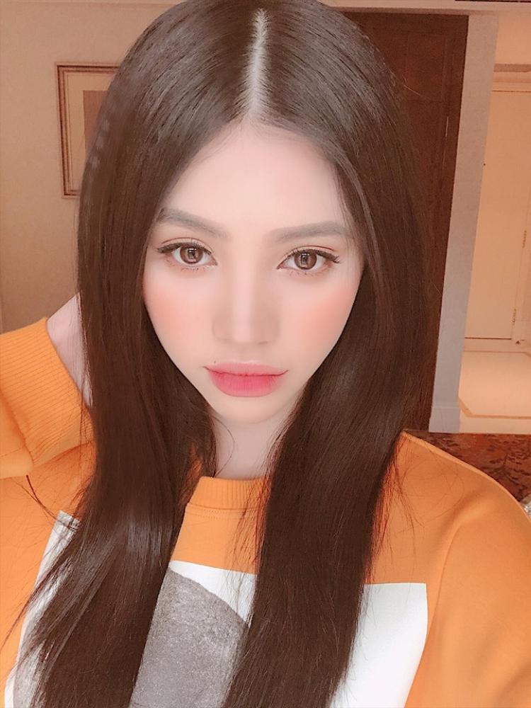"""Jolie Nguyễn lại khoe vẻ đẹp """"búp bê"""" khi trang điểm môi hồng ombre và mắt nâu long lanh."""