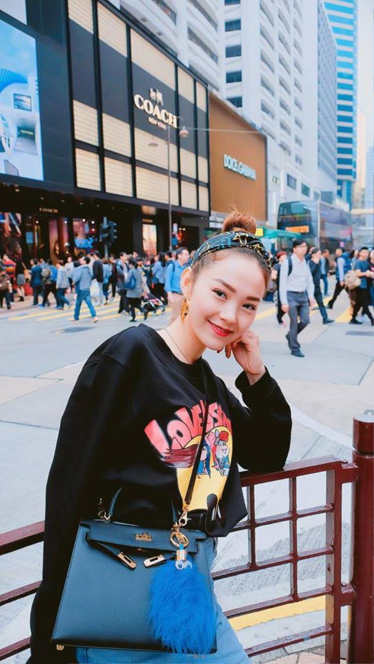 Trong chuyến đi chơi đầu năm, Minh Hằng vẫn ưa thích kiểu trang điểm kẹo ngọt. Cô sử dụng màu son đỏ tươi tắn và phần mắt trang điểm nhẹ nhàng cực trẻ trung.