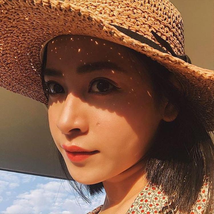 Trước đó, Chi Pu cũng khoe một tấm ảnh chụp cận cảnh gương mặt xinh lung linh với đôi mắt tròn to và đôi môi chúm chím. Cô nàng khéo léo chọn màu son đỏ gạch đang được rất nhiều cô gái ưa chuộng.