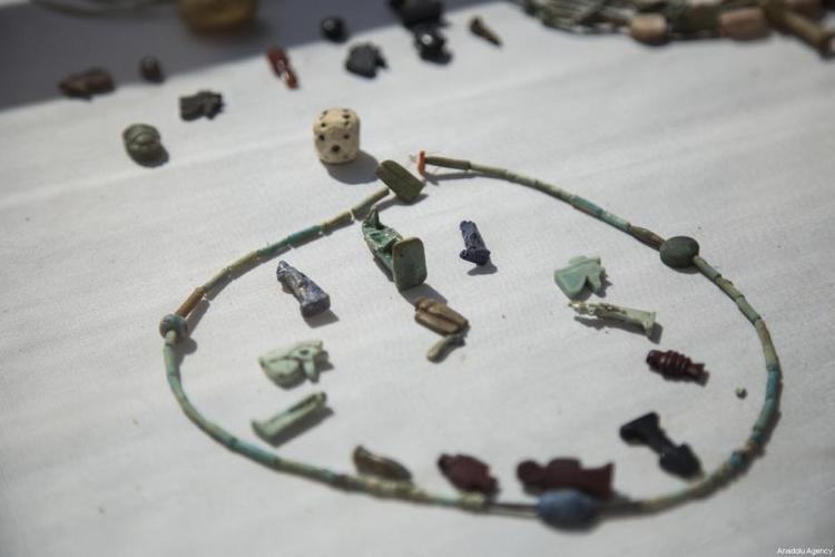 """Chiếc vòng cổ có khắc dòng chữ """"Năm mới vui vẻ"""". Ảnh: Middleeastmonitor"""