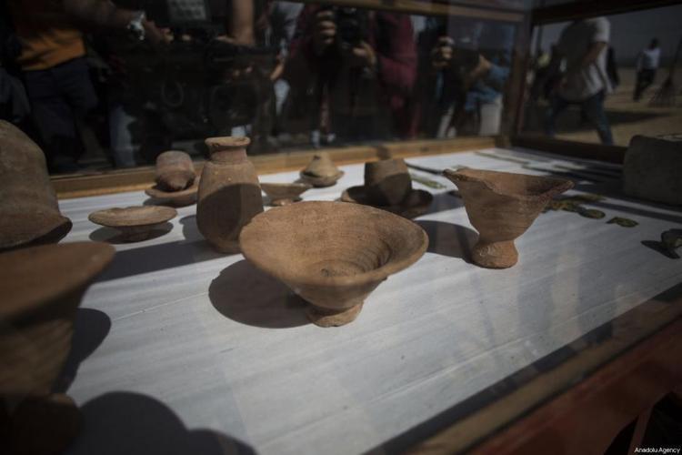 """Theo các nhà khảo cổ nhận định, những đồ đạc được tìm thấy có niên đại từ 2000- 3000 năm tuổi. Họ dự kiến khu vực này sẽ mất thêm 5 năm nữa mới có thể khai quật hết.""""Đây mới chỉ là sự khởi đầu. Chúng tôi sắp sửa khám phá ra thêm một điểm thu hút khảo cổ mới ở Trung Á"""", ôngKhaled al-Anani nói. Ảnh: Middleeastmonitor"""