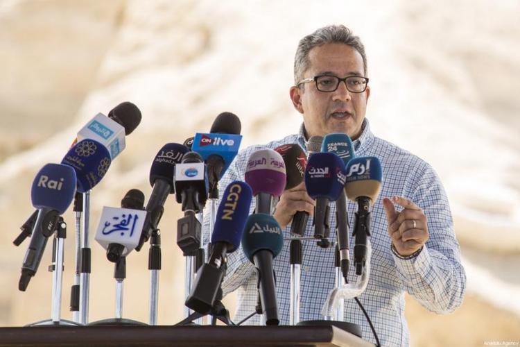 """Ông Khaled al-Anani, Bộ trưởng Bộ Khảo cổ Ai Cập, cho biết trong trong lần khai quật này, các nhà khảo cổ đã tìm thấy 8 ngôi mộ chứa 40 quan tài đá, gần 1.000 bức tượng nhỏ và một chiếc vòng cổ được khắc dòng chữ """"năm mới vui vẻ"""" đầy tinh xảo. Ảnh: Middleeastmonitor"""