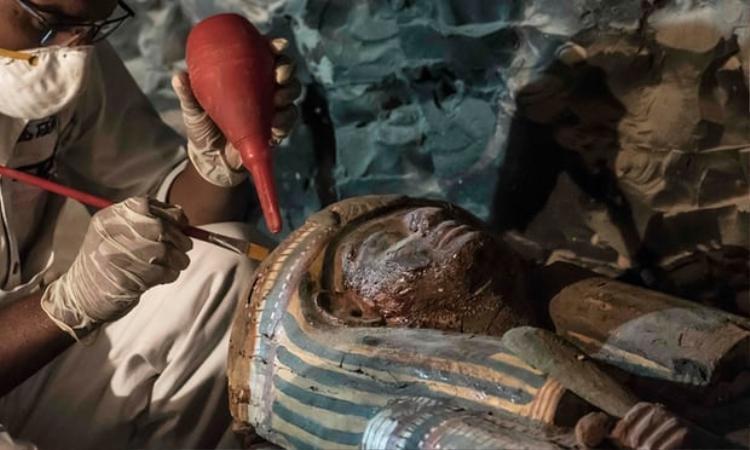 Ngôi mộ cổ nổi tiếng của Ai Cập được tìm thấy tại khu di tíchDra' Abuel-Naga, gần Thung lũng các vị vua. Ngôi mộ này bao gồm một căn phòng nhỏ ở tầng trệt và một phòng chứa 8m, bên trong có tất cả 4 xác ướp.Ngoài ra, người ta còn phát hiện được thêm các bộ xương, tang vật tang lễ, 4 chiếc vòng gỗ và đồ trang sức. Ảnh: Theguardian
