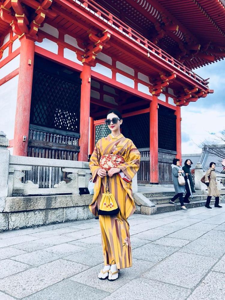 Vừa qua, nàng á hậu đã tự thuởng cho mình chuyến du lịch vô cùng thú vị tới xứ sở hoa Anh đào. Hình ảnh cô mặc kimono trên đường phố Nhật những ngày đầu năm mới khiến fan hâm mộ hết lời khen ngợi. Hình ảnh Hà Thu chẳng khác gì những quý cô Nhật bản thứ thiệt.
