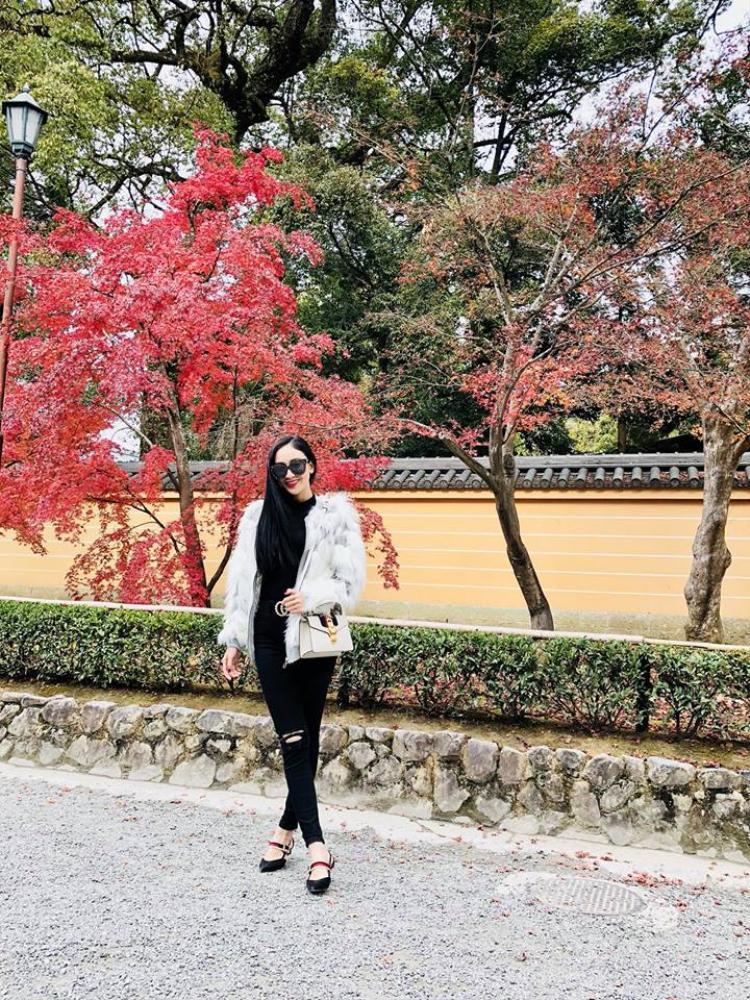 Vì thời tiết ở Nhật Khá lạnh nên phong cách lần này của người đẹp khá kín đáo. Cô chọn những chiếc áo khoác lông nhẹ nhàng khoe vẻ đẹp rẻ trung, năng động.