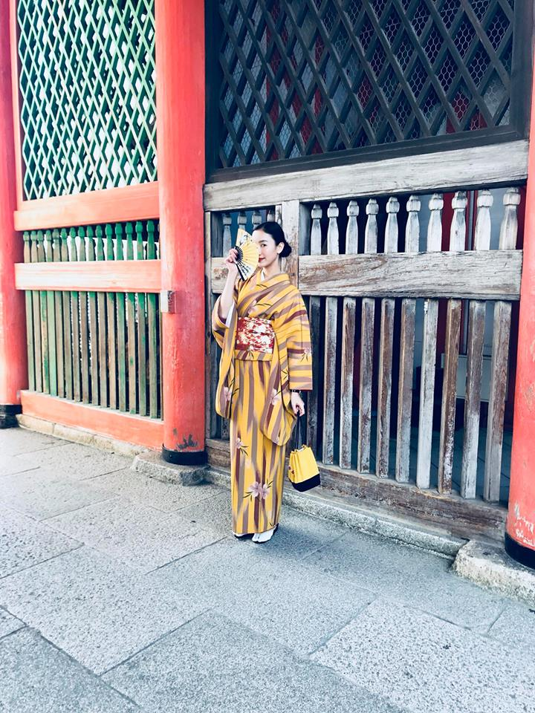 """Chưa bao giờ á hậu xứ Huế lại """"lạ lẫm"""" trong phong cách thời trang street style với quốc phục của người Nhật."""