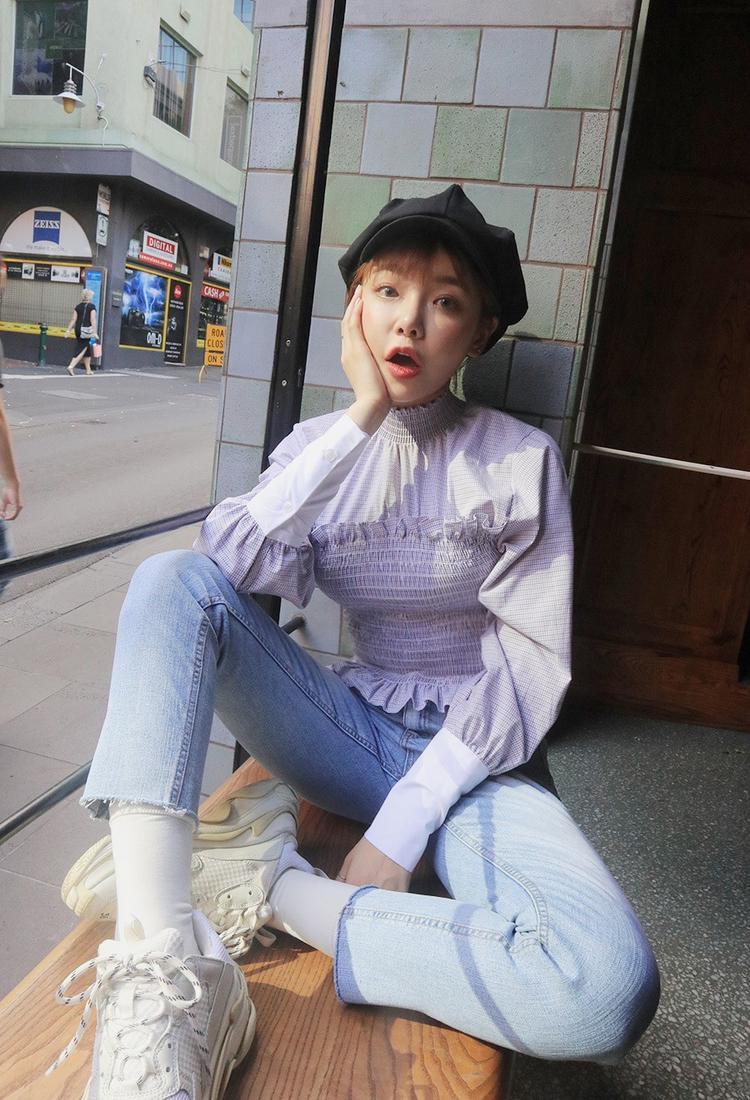Khi diện chiếc áo kiểu này, bạn chỉ cần kết hợp với quần jeans đơn giản là đã cực nổi bật trên phố.