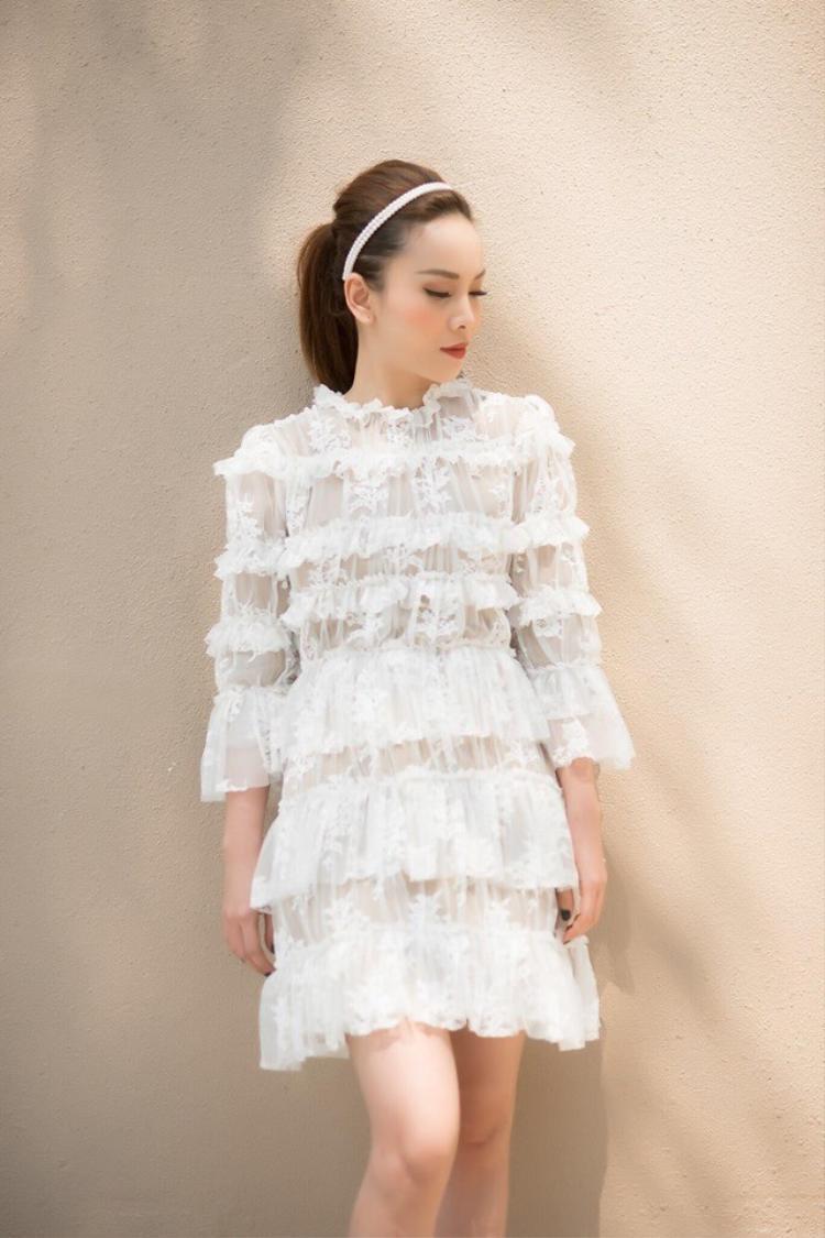 Và cô nàng cũng không quên giới thiệu chiếc váy xếp tầng nhẹ nhàng như mây.