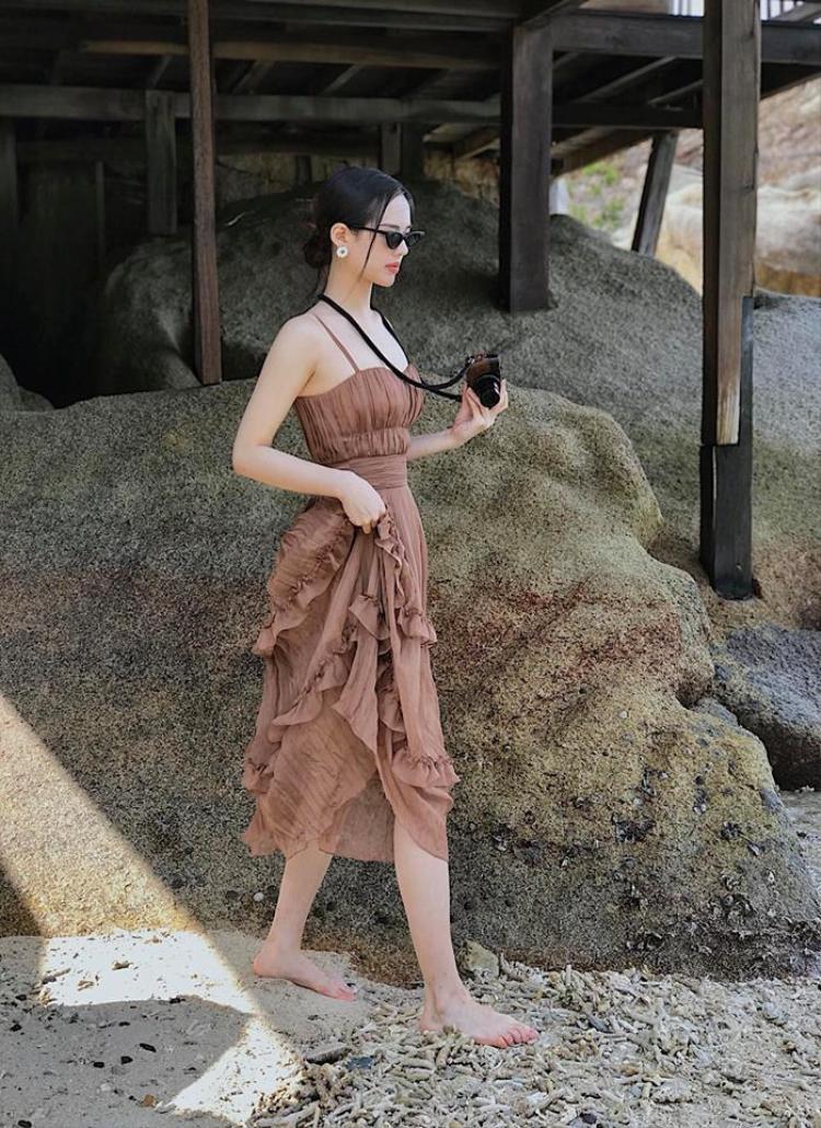 Với gout thời trang nữ tính, yểu điệu thì chiếc váy xếp tầng mềm mại màu nâu này được cô nàng rất yêu thích.
