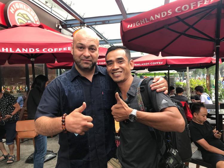 Võ sư Flores chụp hình cùng người hâm mộ khi có mặt tại TP.HCM trưa ngày 26/2.