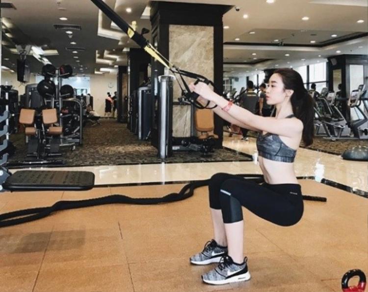 Đỗ Mỹ Linh cũng là một trong những bóng hồng showbiz rất chăm chỉ rèn luyện thể dục. Người đẹp không ngần ngại đổ mồ hôi mướt mát ở phòng tập để có cho mình thân hinh chuẩn.