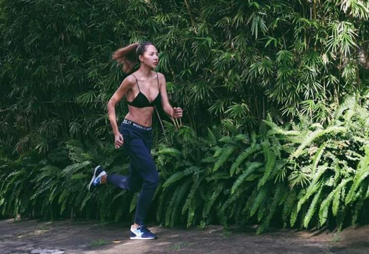 Minh Triệu cũng là một trong những người đẹp Việt yêu thích việc tập thể dục. Cô nàng không ngần ngại mặc bra top dạng bikini để chạy bộ.