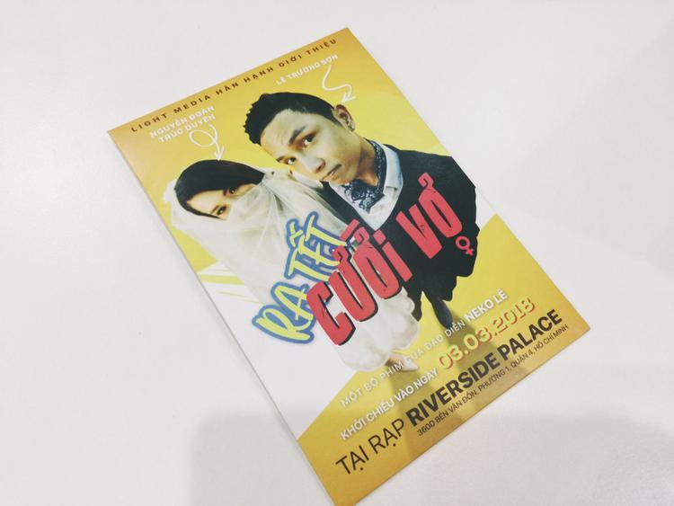 Bìa thiệp được thiết kế như poster phim.