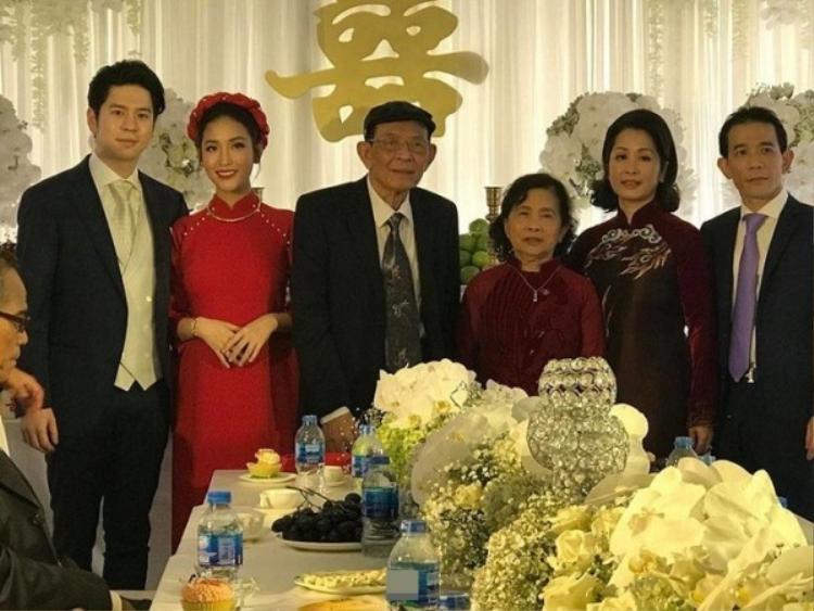 Mai Hồ và vị hôn phu chụp ảnh cùng người thân trong gia đình.