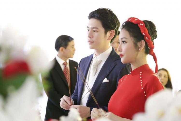 Mai Hồ và chồng sắp cưới làm lễ gia tiên.