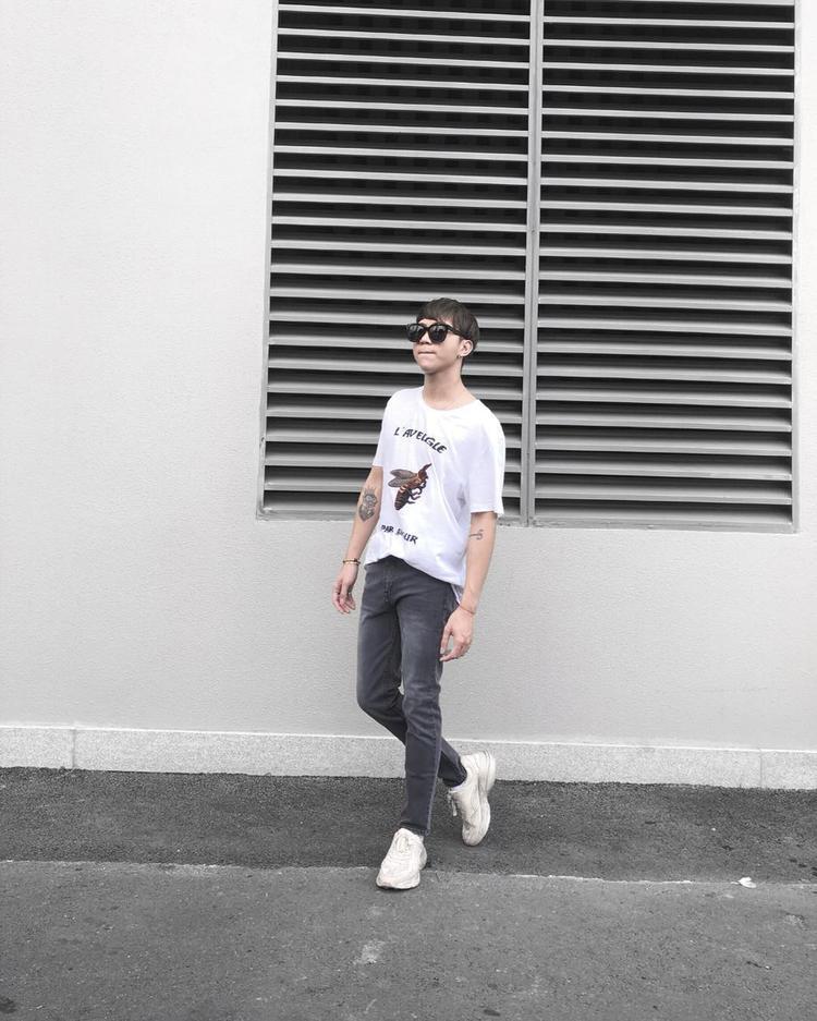 Soobin Hoàng Sơn chỉ phối set trang phục đơn giản gồm áo phông, quần jean cùn giày đế thô thôi cũng cực ngầu như thế này đây.